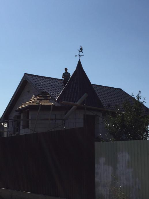 Элемент на крыше из металлочерепицы